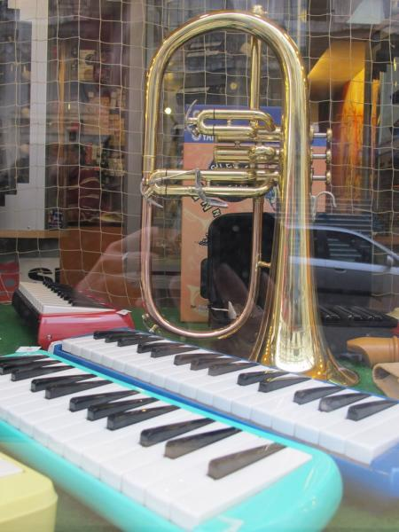 Magasin d'instruments de musique à Pigalle, Paris