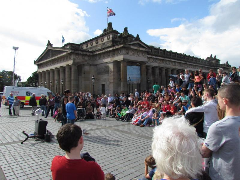 Spectacle de rue devant les National Galleries of scotland, Fringe, Edimbourg