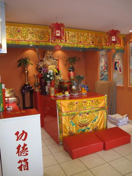 Autel dans le local d'une association chinoise, Belleville, Paris