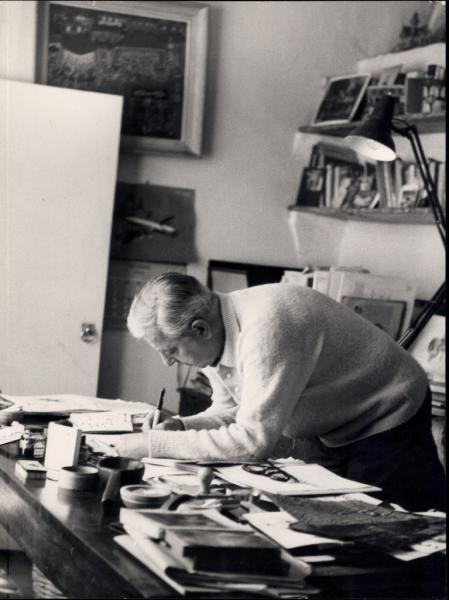 Jacques Prévert à son bureau © DR - collection privée Jacques Prévert